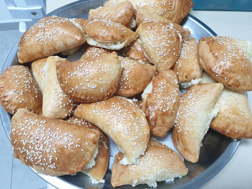 סמבוסק בג'בן – כיסונים מבצק שמרים במילוי גבינה
