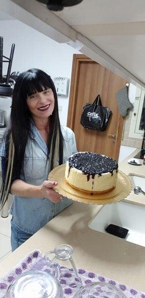 עוגת גבינה אפויה עם בסיס טורט וציפוי אוכמניות