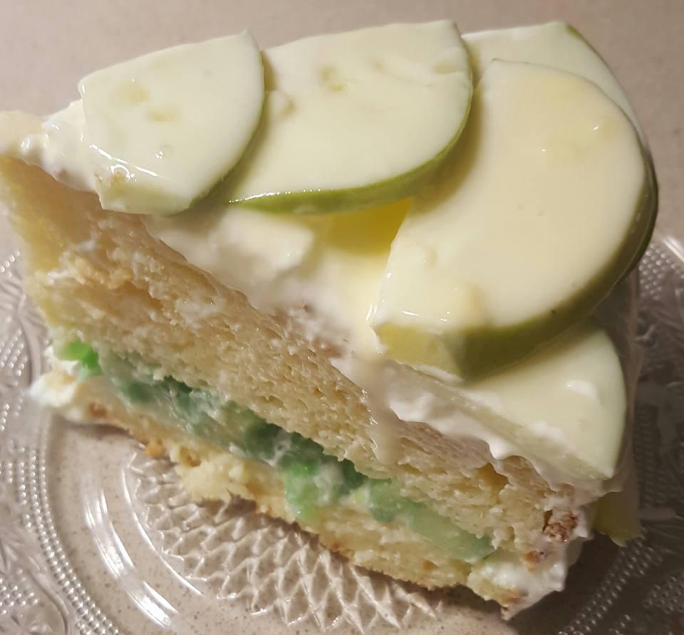 טורט גבינה במילוי תפוחים וג'לי עטופה בגנאש שוקולד לבן
