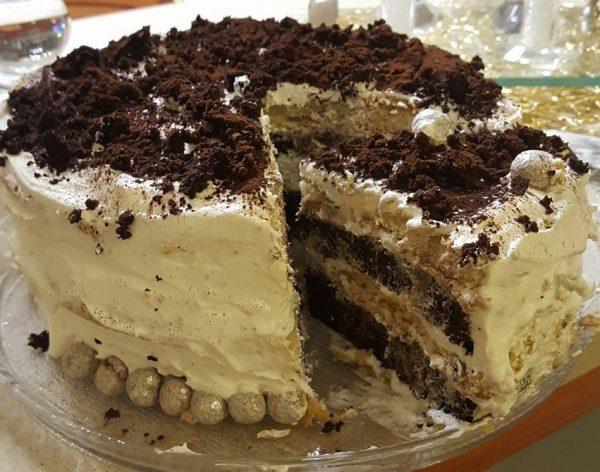 עוגת תפוז לימון ועוגת שוקולד שחברו להן יחדיו ומולאו בקצפת