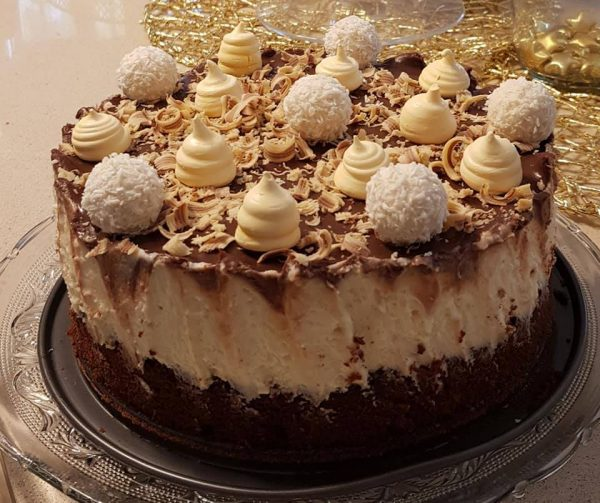 עוגת מוס שוקולד לבן ומחית שקדים