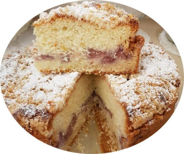עוגת תותים בחושה ושקדים במילוי תותים עם קראמבל
