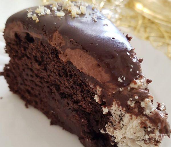 עוגת שוקולד כשרה לפסח ,עשירה מצופה בגאנש מוקצף וגנאש מריר