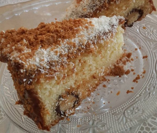 עוגת גבינה וקוקוס בחושה בציפוי קרם לוטוס וקוקוס קלוי