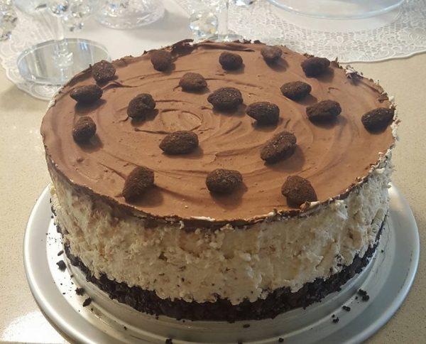 עוגת גבינה קרה עם שברי ברס , קוקוס קלוי מצופה בגנאש שוקולד