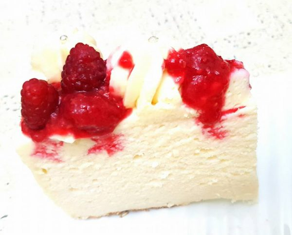 עוגת גבינה רכה ונימוחה עם קצפת פטל ודובדבנים