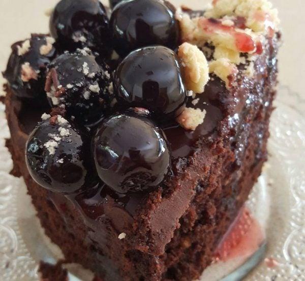 עוגת שוקולד בנגיעת פרג בציפוי גנאש ודובדבני אמרנה