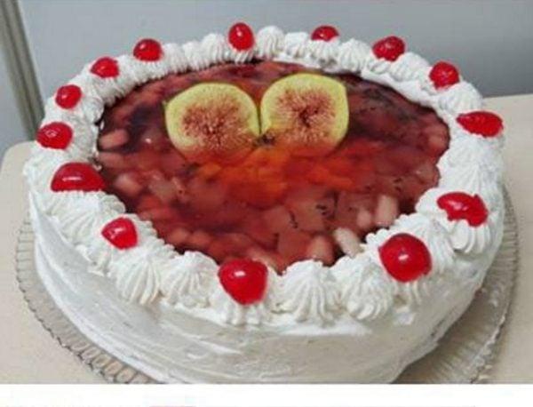 עוגת גבינה עם פירות , קצפת וג'לי