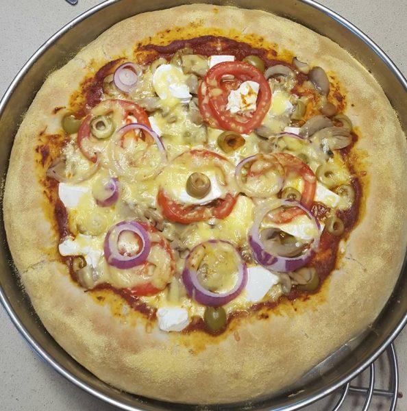 פיצה שמנמנה  במילוי גבינות – השוליים גם מלאים בגבינה ומעל קמח תירס