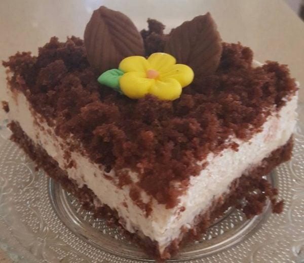 עוגת שמנת עם פירורי עוגת שוקולד