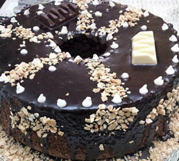 עוגת שוקולד גבוהה וקרם שוקולד