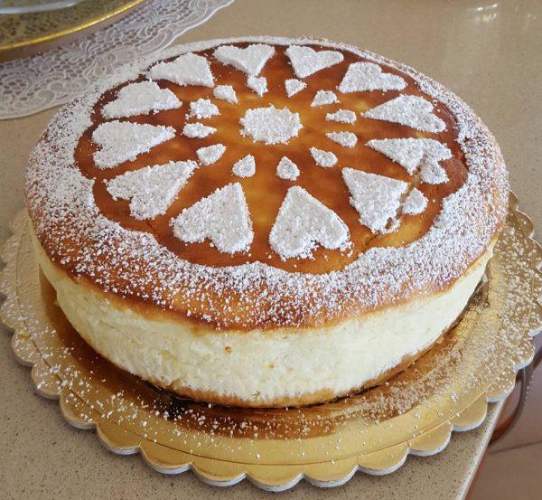עוגת גבינה אפויה מעוטרות באבקת סוכר