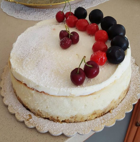 עוגת גבינה אפויה מעוטרות בפירות מסוג פיטנגו, דובדבן וג'יבטוקבה