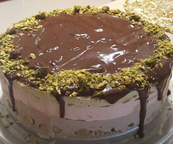 מוס תות, מוס פיסטוק ומוס שוקולד עטוף בגנאש מריר על בסיס אגוזים