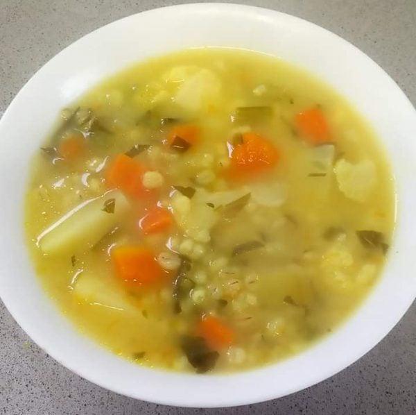 מרק ירקות וגריסי פנינה