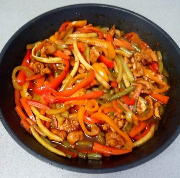 מוקפץ ירקות ורצועות חזה עוף