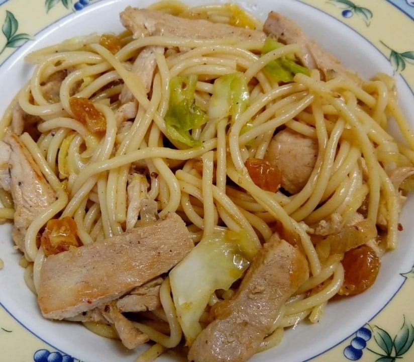 ספגטי עם נתחי עוף, בצל, כרוב וצימוקים