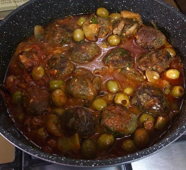 תבשיל קציצות ברוטב זיתים ופטריות