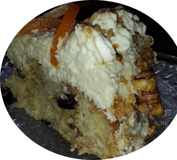 עוגת תפוחים, צימוקים וחמוציות מקורמלים בחמאה וקינמון …עטופה בקרם שמנת וניל צרפתי וקוקוס