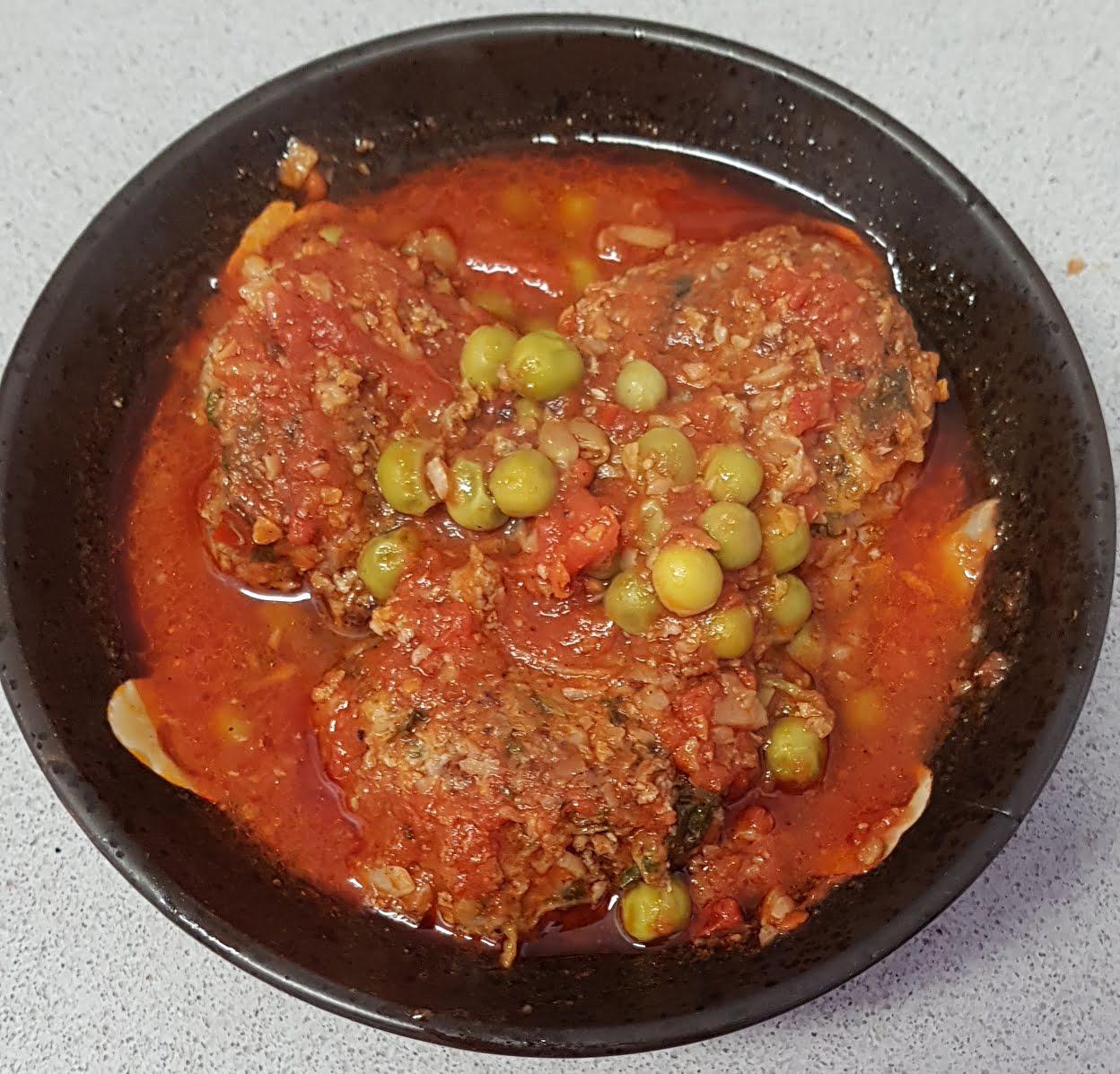 קציצות בשר וירקות עם אפונה ברוטב עגבניות