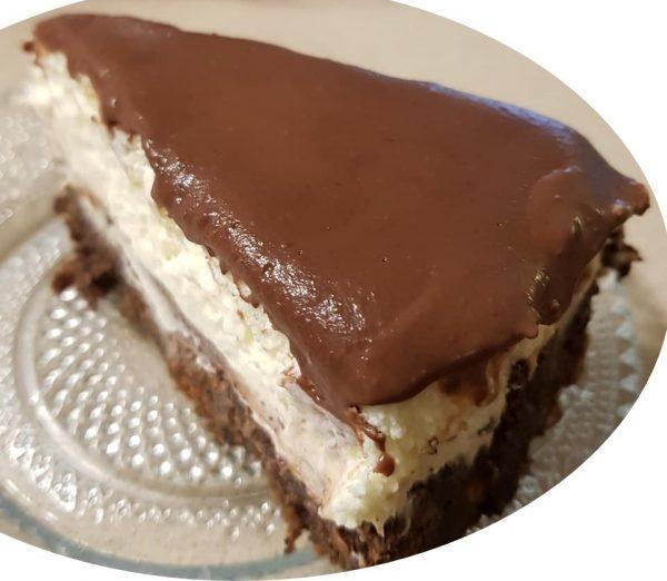 עוגת קרם וניל על בסיס עוגת שוקולד ללא קמח בציפוי גנאש מריר