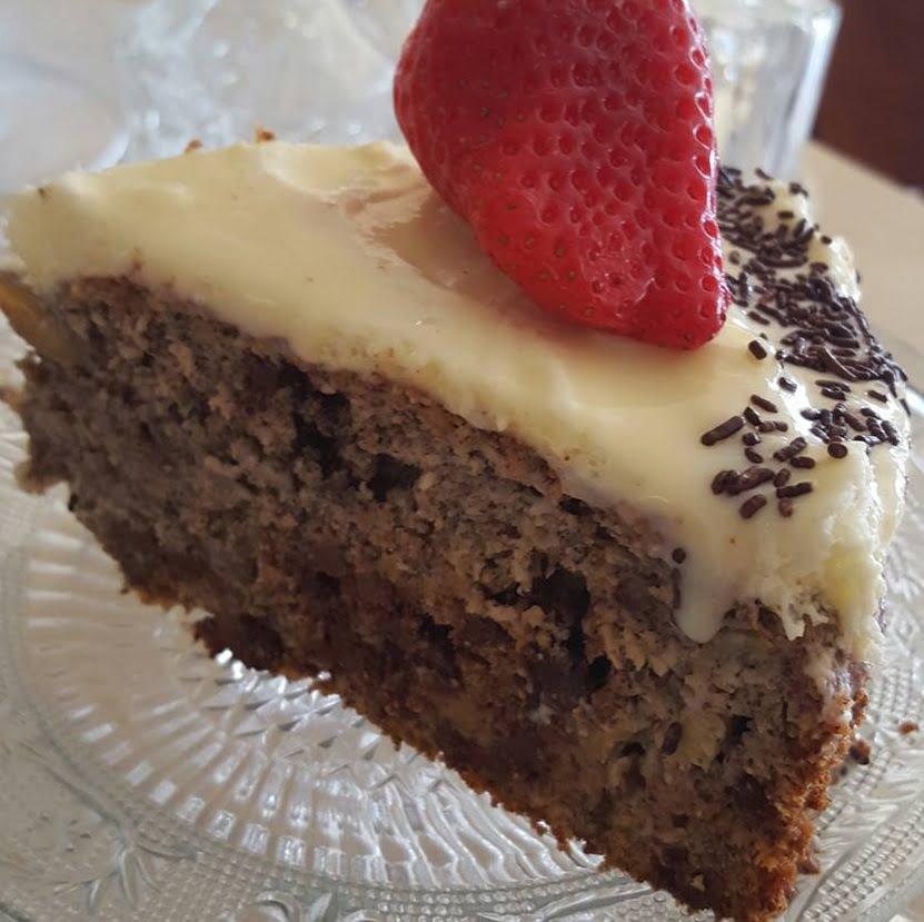 עוגת יוגורט , בננות ,פרג , קוקוס ושוקולד בציפוי קרם וגנאש שוקולד לבן