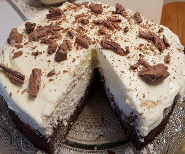 עוגת שוקולד יוגורט וקוקוס בציפוי שמנת מוקצפת עם שוקולד לבן