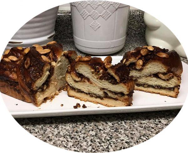 עוגת שמרים שוקולד ,אגוזים ושקדים מעל