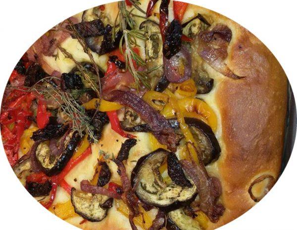 פוקצה ומאפה שמרים עם רוטב פיצה וגבינות