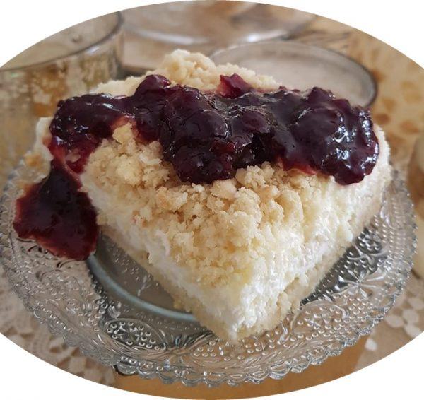 עוגת שמנת פירורים עם קונפיטורת דובדבנים