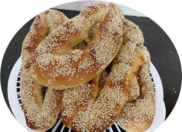 בייגלה ירושלמי במילוי גבינה צהובה וזיתים