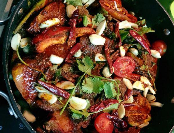 דג סלמון פולים ופלפלים חריפים עגבניות שרי וגמבה אדומה