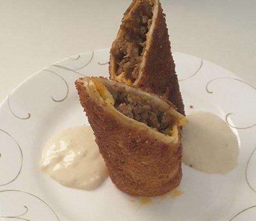 טורטיה במילוי בשר טחון מטוגנת מוגשת עם טחינה