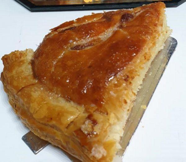מאפה צרפתי בצק עלים חמאה במילוי קרם פראנג'יפן שקדים