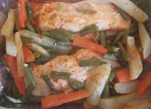 דג סלמון וירקות בתנור
