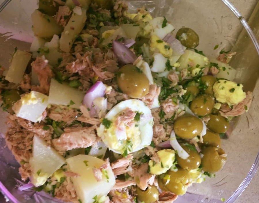 סלט תירס עם תפוחי אדמה ,טונה, ביצים ,בצל סגול וזיתים