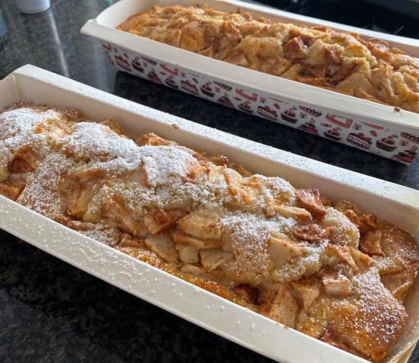 עוגה בחושה עם שמנת חמוצה ותפוחי עץ
