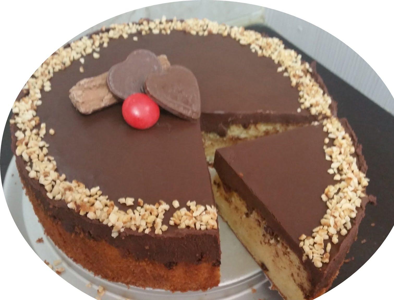 עוגה עם שכבות שוקולד מקופלת ושוקולד ציפס בחושה