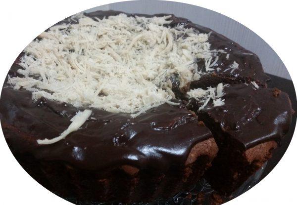 עוגה שוקולדית בחושה בציפוי גאנש שוקולד מריר ושערות חלווה
