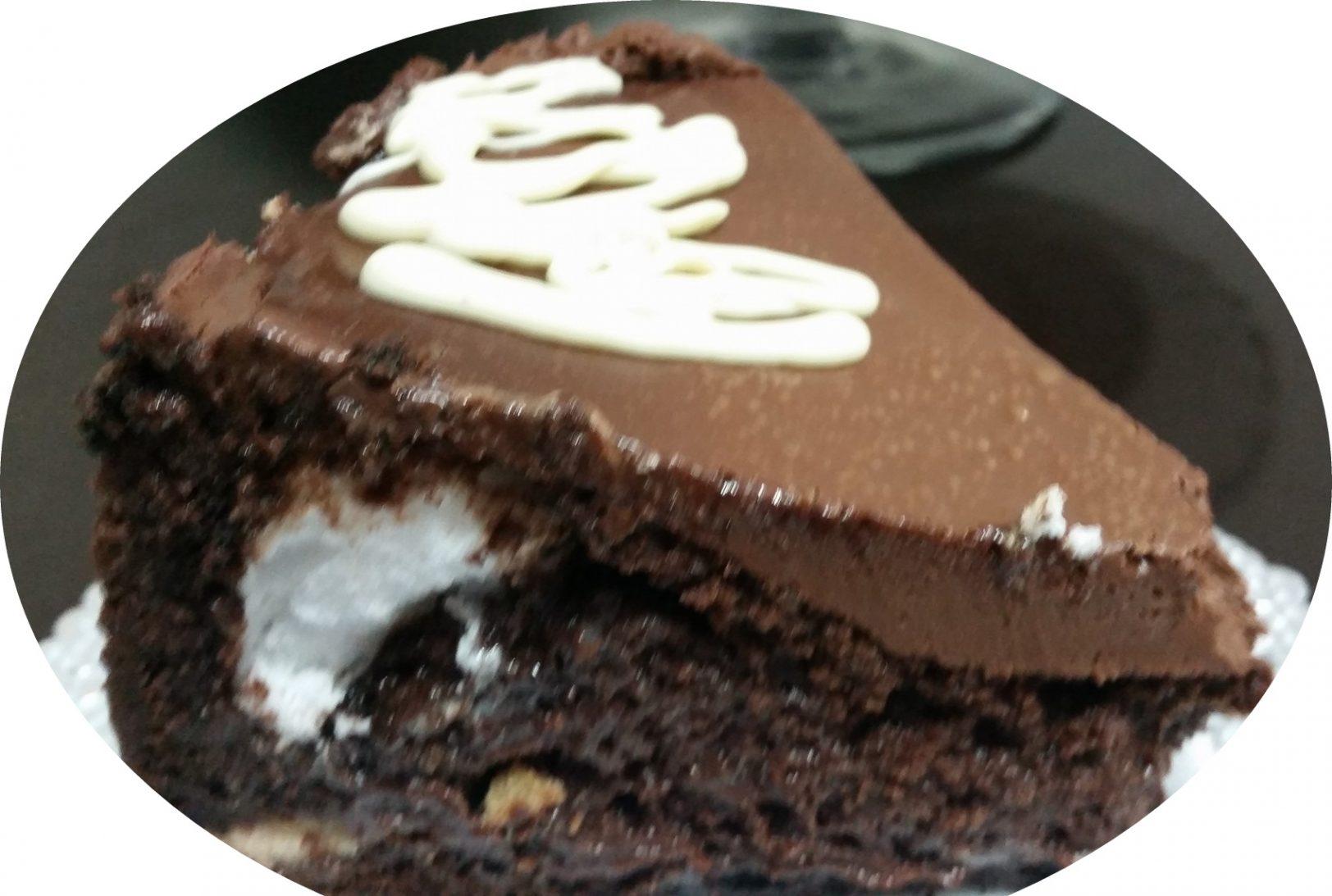 עוגה שוקולדית במילוי חטיפי קרמבו על תחתית עוגיות אוריאו בציפוי גאנש שוקולד בחושה