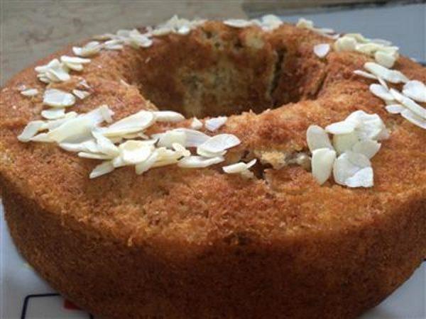עוגת אגוזים וקוקוס עם זיגוג סירופ מייפל ושקדים מולבנים