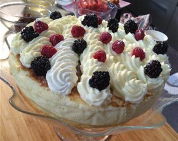 עוגת גבינה אפויה בציפוי ממרח לוטס קצפת בטעם ריבת חלב ופירות יער