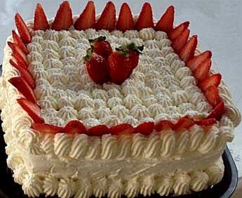 עוגת גבינה בציפוי לוטוס וקצפת בטעם ריבת חלב ותותים