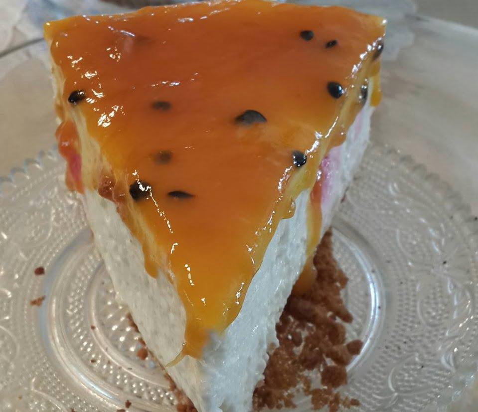 עוגת גבינה קרה במילוי דובדבנים וציפוי פסיפלורה_נורית יונה