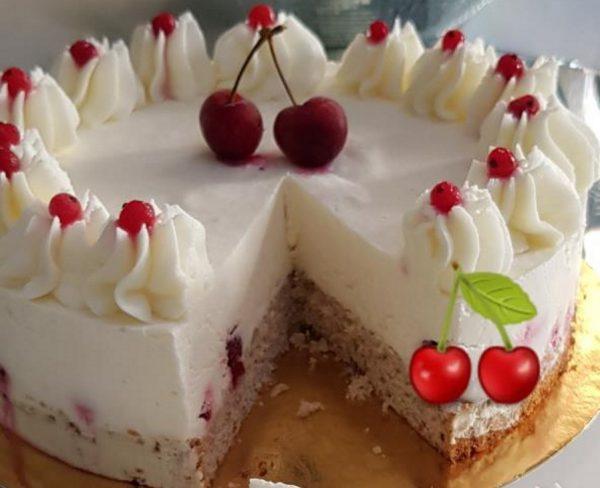 עוגת גבינה קרה עם שוקולד לבן ופירות יער על תחתית אפוייה של בלונדיז