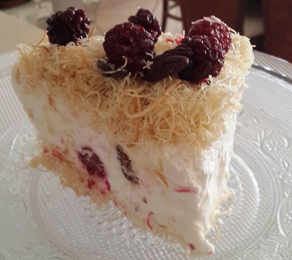 עוגת גבינת שמנת קרה במילוי פטל שחור ופקאן מסוכר עטופה בשערות קדאיף_נורית יונה