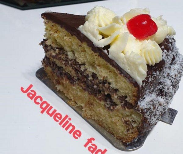 עוגת טורט 3 שכבות במילוי קרם שוקולד נוגט בציפוי גנאש שוקולד מריר וזילוף קצפת