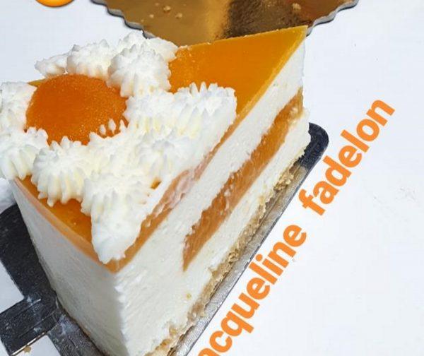 עוגת מוס גבינה במילוי וציפוי משמש וזילוף קצפת