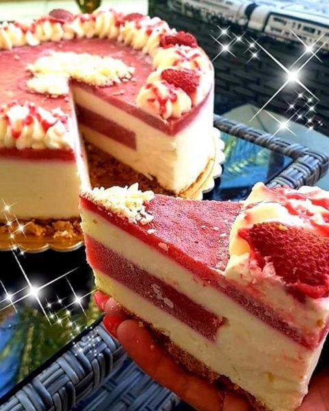 עוגת מוס גבינה במילוי וציפוי תותים