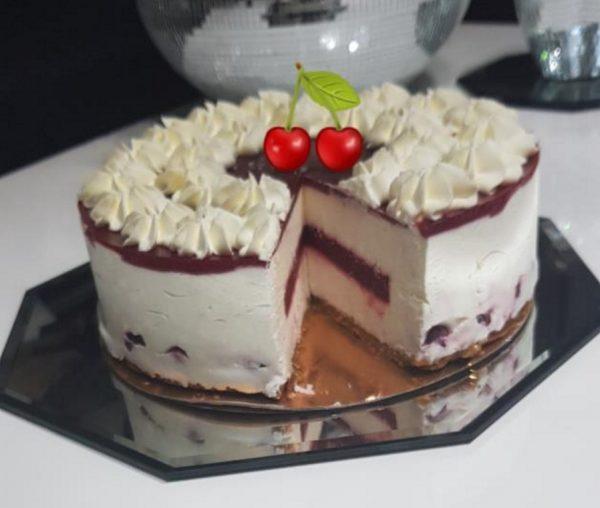 עוגת מוס גבינה לבנה וגבינת מסקרפונה עם שוקולד לבן במילוי וציפוי דובדבנים